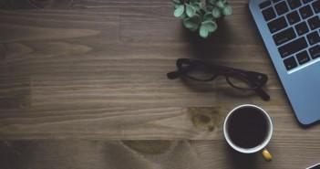 wydarzenia kawa biurko laptop